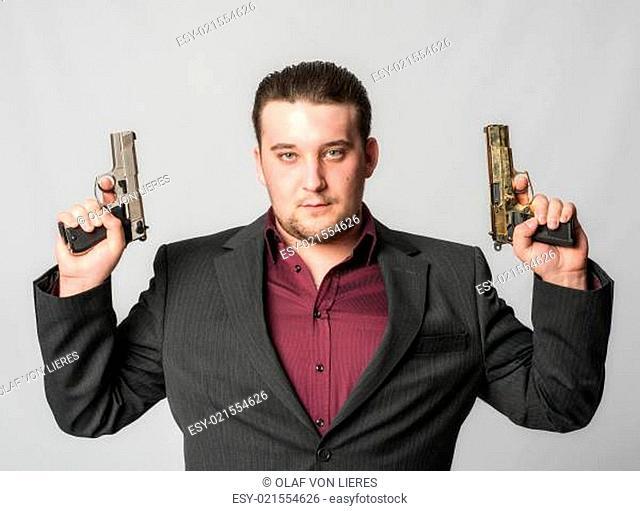 Junger Mann mit zwei Pistolen