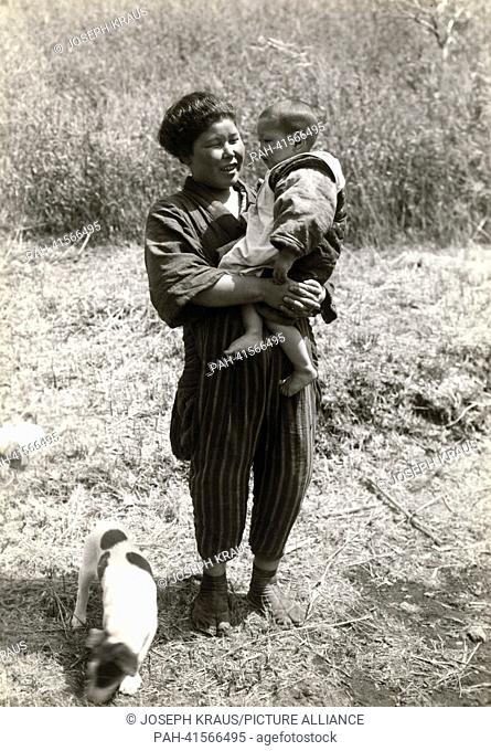 Farmers wife with her youngest child. Pictured in the early 1920th. - /Japan