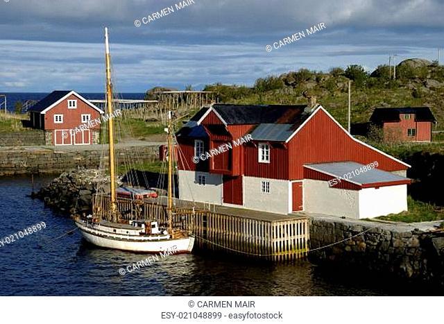 Segelboot vor einem Haus in Stamsund