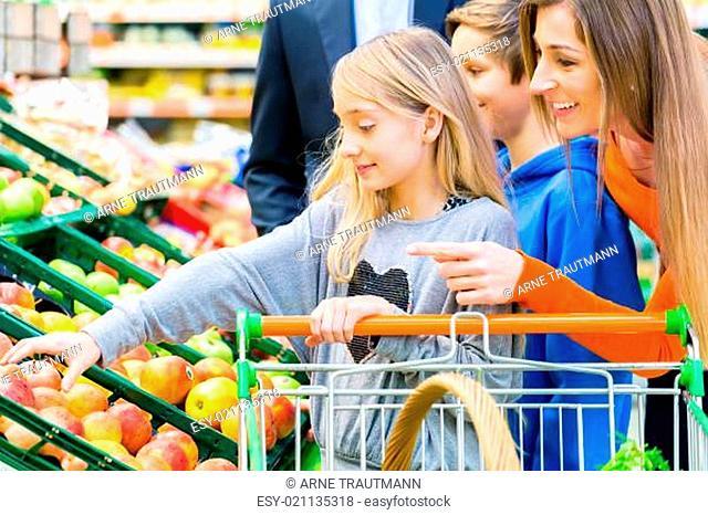 Family beim Einkaufen im Lebensmittelmarkt