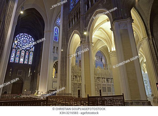 deambulatoire et rosace nord et verrieres du transept, Cathedrale Notre-Dame de Chartres, Eure et Loir, region Centre, France