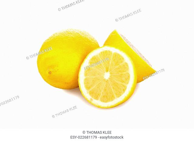Frische Zitronen vor weißem Hintergrund