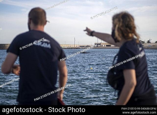 08 May 2021, Spain, Barcelona: Staff from the Marine Animal Rescue Centre are trying to locate a grey whale that approached the shore