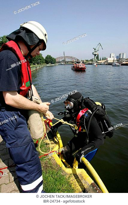 DEU, Federal Republic of Germany, Berlin: Rescue diver of the Berlin fire brigade at a rescue training