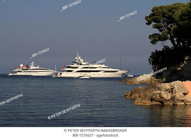 Yachts RM Elegant and Lionheart at Cap Ferrat, Saint Jean Cap Ferrat, Alpes Maritimes, Région Provence Alpes Côte d'Azur, France, Europe