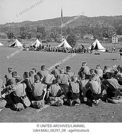Hitlerjungen haben Marschbereitschaft hergestellt im Hitlerjugend Lager, Österreich 1930er Jahre. Hitler youths, ready to march off of the Hitler youth camp