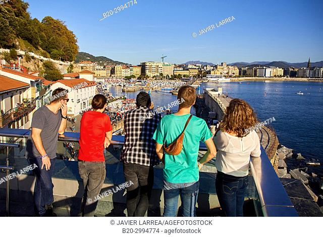 Group of tourists and guide making a tour of the city, Port, La Concha Bay, Donostia, San Sebastian, Gipuzkoa, Basque Country, Spain, Europe