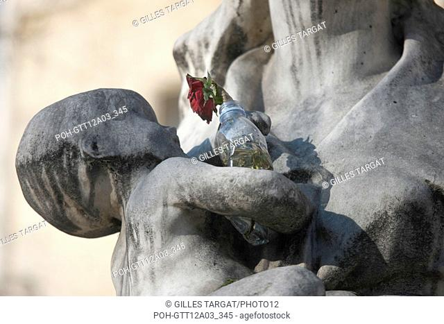 France, ile de france, paris 5e arrondissement, bd siant michel, universite de la sorbonne, place, statue avec rose dans une bouteille