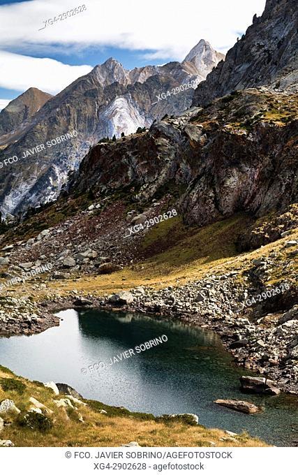Lago o Ibón bajo de Remuñe. Valle de Benasque. Provincia de Huesca. Pirineo Aragonés. España. EuropaPirineos. España. Europa