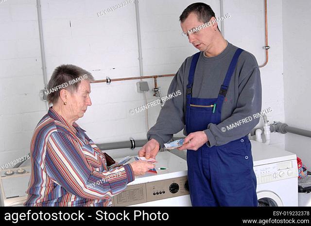 Handwerker kassiert Rechnung