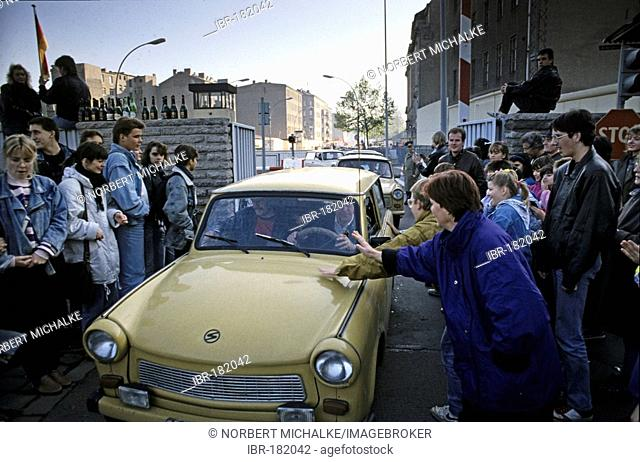 Fall of the Berlin Wall: at the border crossing Chausseestrasse cars from East Berlin are greeted, Berlin, Germany