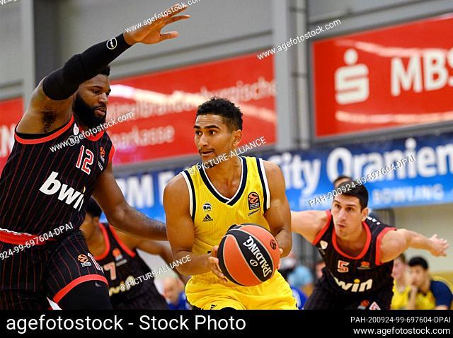 24 September 2020, Brandenburg, Oranienburg: Basketball: Test games, Alba Berlin - Olympiakos Piraeus. Maodo Lo (M) of Alba against Hassan Martin (l) of Piraeus