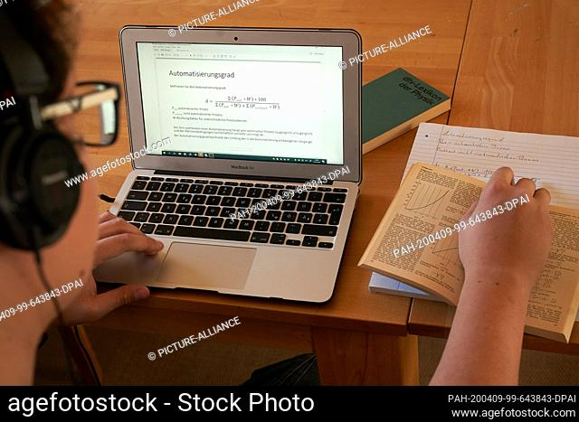 ILLUSTRATION - 08 April 2020, Rhineland-Palatinate, Koblenz: A student works on a worksheet from the Remagen Campus of the University of Applied Sciences...