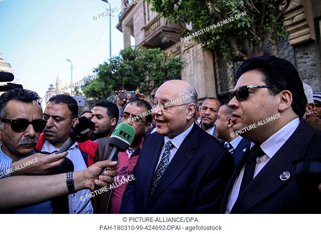 dpatop - Egyptian Presidential candidate and leader of El-Ghad Party Moussa Mostafa Moussa (2-R) speaks to media during an election rally in front of the...
