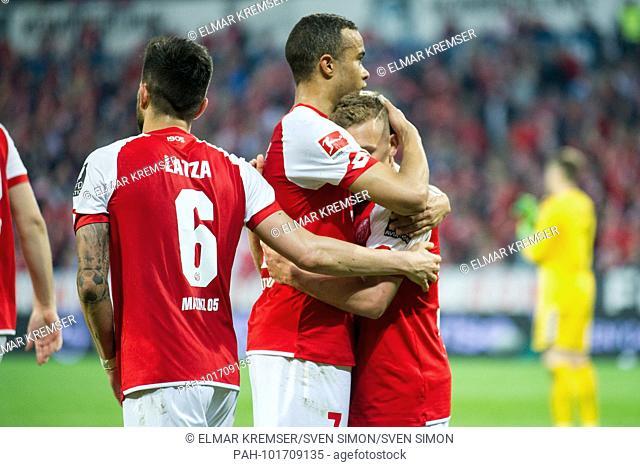 Danny LATZA (left, MZ), Robin QUAISON (mi., MZ) and goalkeeper Pablo de BLASIS (MZ) cheer about the goal to 2: 0 for the 1