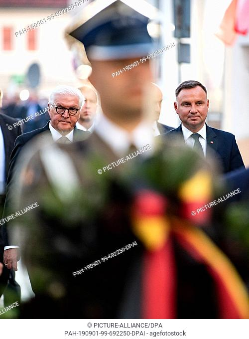 01 September 2019, Poland, Wielun: Federal President Frank-Walter Steinmeier (l) and Polish President Andrzej Duda lay down a wreath at the memorial of the...