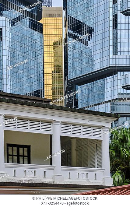 Chine, Hong Kong, Hong Kong Island, le Hong Kong Park, la Flagstaff house et les tours Lippo Center / China, Hong-Kong, Hong Kong Island