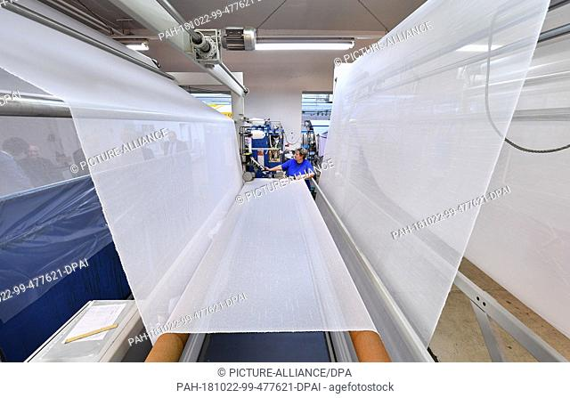 22 October 2018, Thuringia, Gera: The tailor Gabriele Teller supervises the production of curtain fabric at Thorey Gera Textilveredelung GmbH