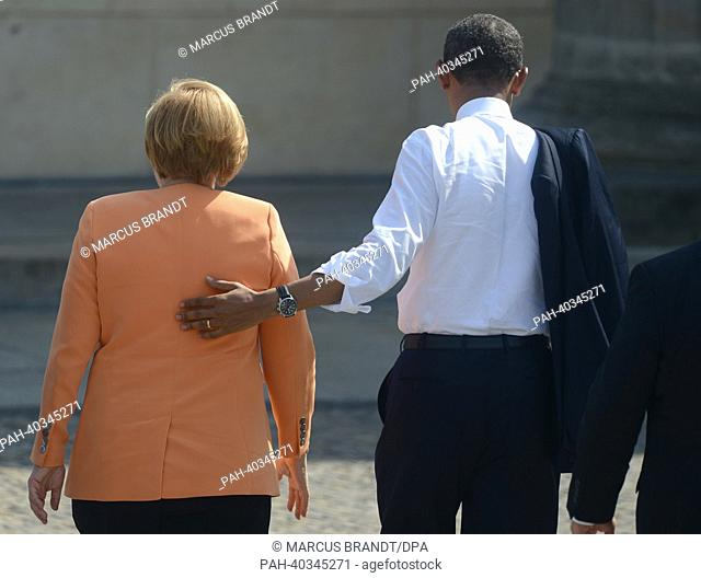 US President Barack Obama (r) walks with German Chancellor Angela Merkel (CDU) in front of Brandenburg Gate at Pariser Platz in Berlin, Germany, 19 June 2013