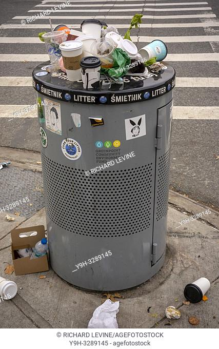 An overflowing trash can in the Greenpoint neighborhood in Brooklyn in New York on Sunday, December 9, 2018. (© Richard B. Levine)