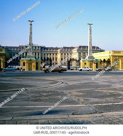 Besichtigung des Schloss Schönbrunn in Wien, Österreich 1980er Jahre. Visitation of Schoenbrunn Palace in Vienna, Austria 1980s