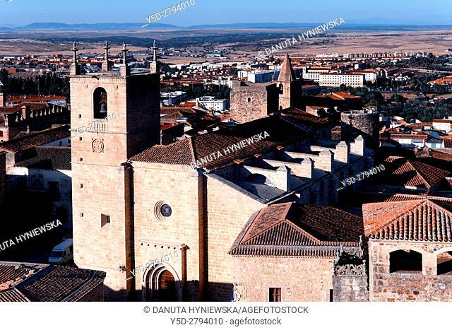 In front Concatedral de Santa María - St Mary Cathedral, right down corner - Palacio de los Golfines de Abajo, behind Cathedral St Mary - right - round Carvajal...