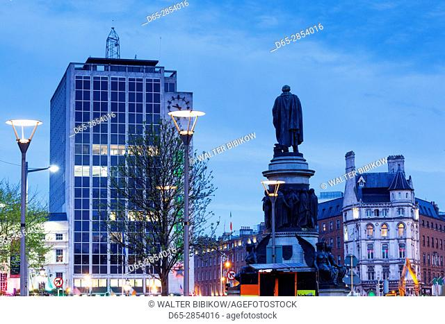 Ireland, Dublin, O'Connell Street buildings and statue of Daniel O'Connell, dusk