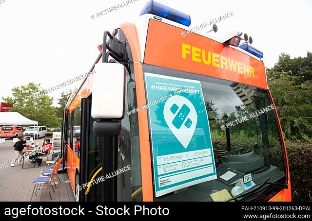 13 September 2021, Lower Saxony, Empelde: A mobile vaccination bus for vaccinations against the coronavirus is parked in a supermarket car park in the Hannover...