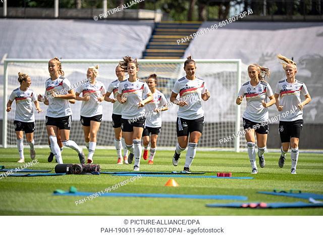 11 June 2019, France (France), Villeneuve-D·ascq: Football, women: World Cup, national team, Germany, final training: The German team is warming up