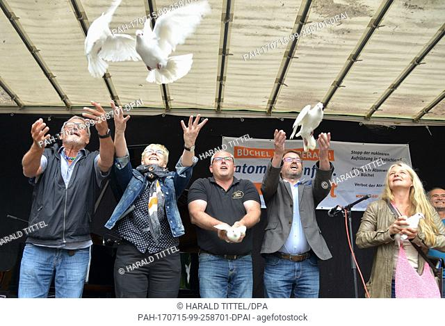 Songwriter Konstantin Wecker (l-r) lets white doves fly together with Sabine Pauli (of the campaign), Mayor Albert Jung (Kaiseresch)