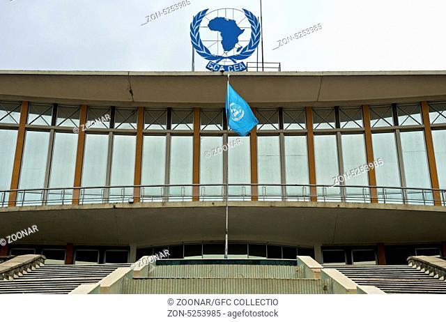 Hauptgebäude der Wirtschaftskommission für Afrika (ECA) der Vereinten Nationen mit der blauen UNO Flagge, Addis Abeba, Äthiopien / Headquarters of the United...