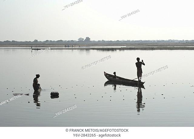 Man and woman fishing in the Mahanadi river ( Chhattisgarh state, India)