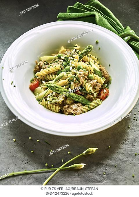 Spirelli pasta with Thuringian sausage and green asparagus