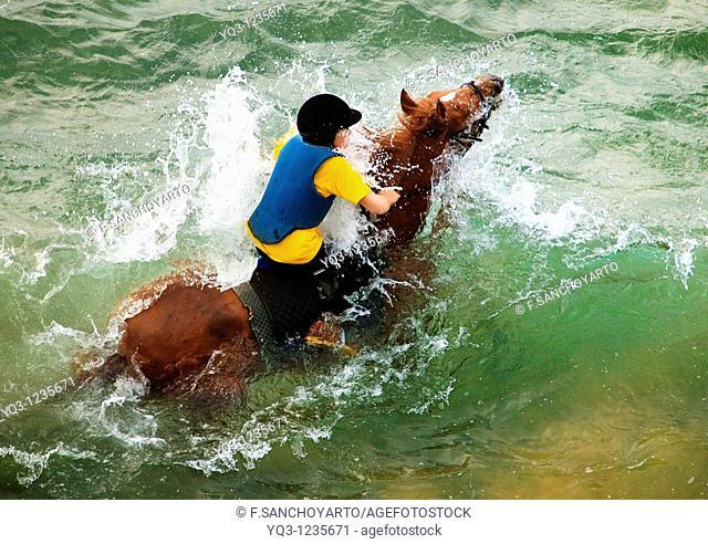 A caballo sobre las olas en la playa de Oriñón, Castro Urdiales, Cantabria