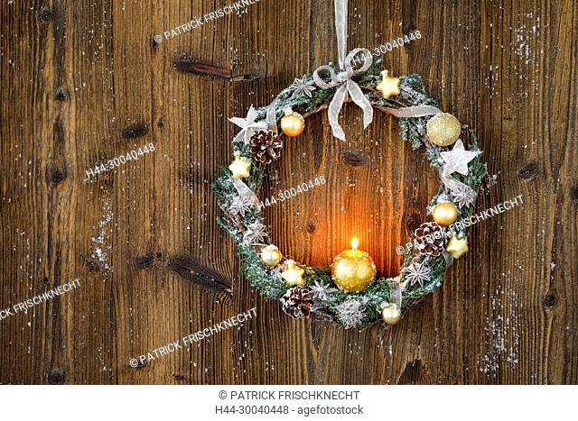 Weihnachtskranz an Holzwand, Schweiz