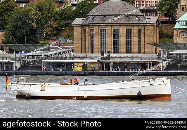 """07 October 2020, Hamburg: Pilot schooner """"""""No.5 Elbe"""""""" is towed up the Elbe into the Hansa harbour. In the background you can see the Old Elbe Tunnel"""