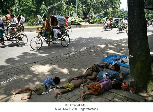 A group of flood affected people fall asleep after waiting for relief for four long hours, at Kamrangir char area, in Dhaka, Bangladesh August 18, 2007