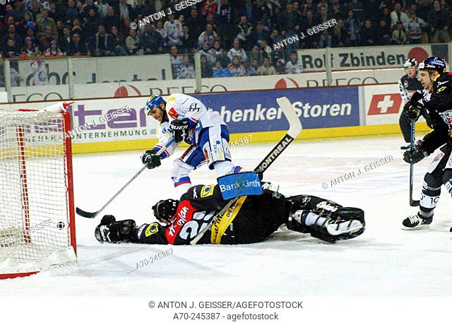 Swiss Ice Hockey, SC Rapperswil-Jona vs. ZSC-Lions. Jan Alston, Thomas Berger (goalkeeper) and Marco Schefer (right)