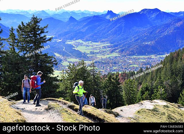 Golden October hike to Baumgartenschneid over the Tegernsee on October 25th, 2020. Wonderful hiking weather attracts many excursionists to mountain hiking in...
