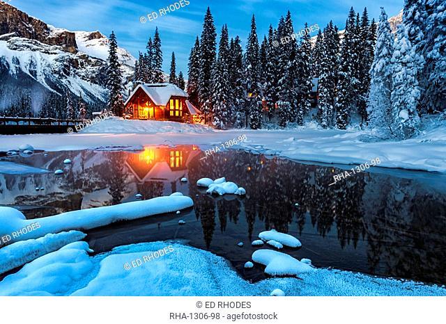 Emerald Lake Lodge in winter, Emerald Lake, Yoho National Park, UNESCO World Heritage Site, British Columbia, Rocky Mountains, Canada, North America