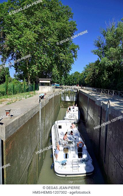 France, Herault, Beziers, Canal du Midi listed as World Heritage by UNESCO, locks Notre Dame, pleasure boats in the airlock separating the Bridge Canal and the...