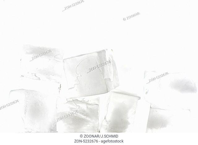 mehrere Eiswürfel gestapelt mit weißem Hintergrund