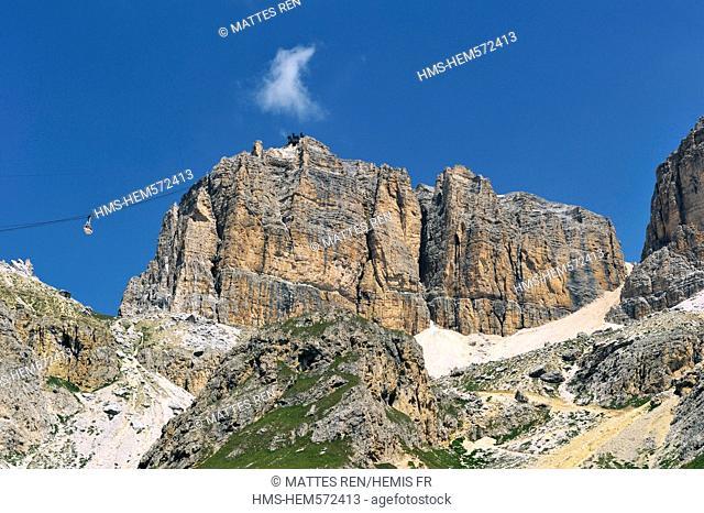 Italy, Trentino-Alto Adige, autonomous province of Bolzano, Dolomites, near Passo Pordoi, the gruppo del Sella, Cable car to the Sas Pordoi