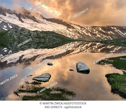 Reichenspitz moutain range in the Zillertal Alps in NP Hohe Tauern. Upper Lake Gerlos. europe, central europe, Austria, Tyrol, August