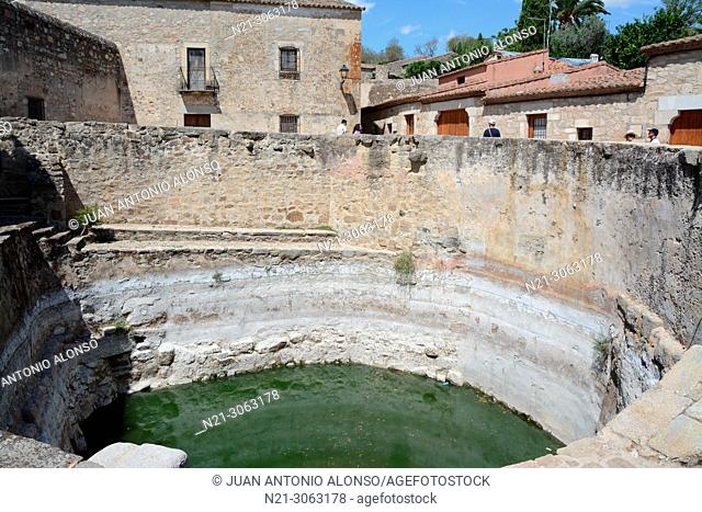 La Alberca, a 14-metre-deep water reservoir of Islamic or Roman origin used to water the nearby fields. Walled city. Trujillo, Caceres, Extremadura, Spain