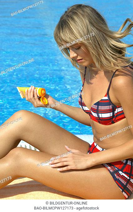 woman greasing sunscreen on her skin