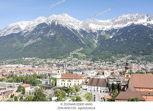 Ausblick vom Berg Isel auf die Hauptstadt des Bundeslandes Tirol