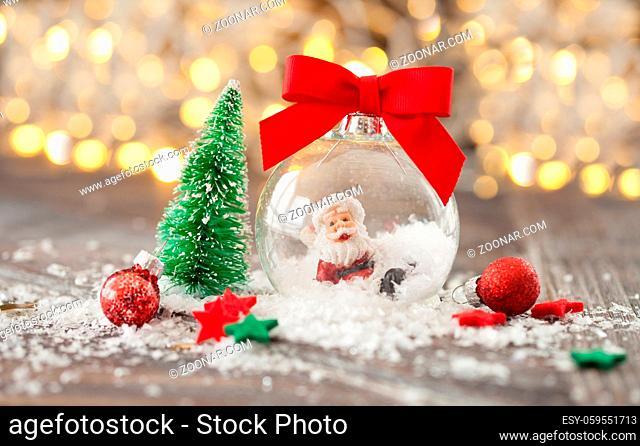 Froehliche Dekoration zu Weihnachten vor Bokeh Lichtern