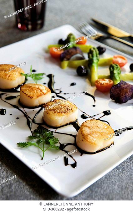 Fried scallops with vegetables