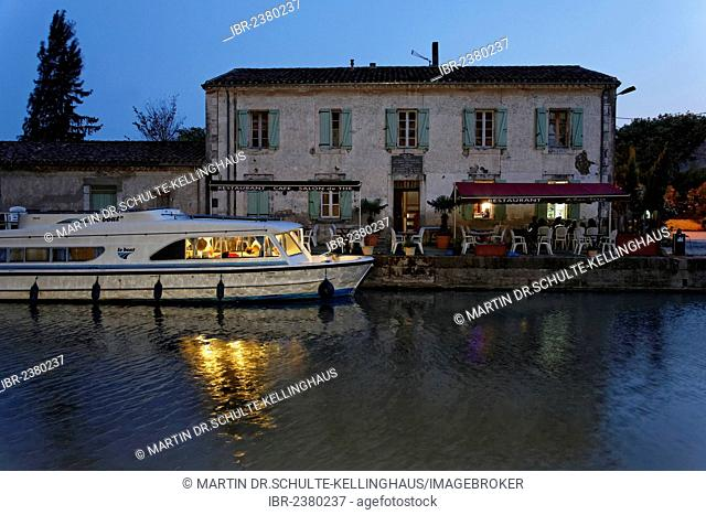 Canal du Midi at Bram, restaurant with pier, Carcassonne, Languedoc-Roussillon, Aude, France, Europe